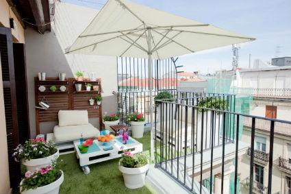 Terrazas y balcones gana comodidad en espacios reducidos for Como decorar un patio con poco dinero
